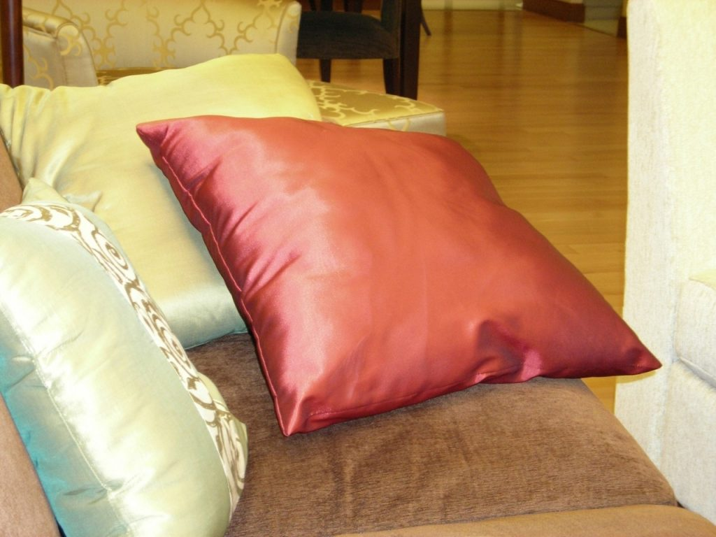 Wybór wygodnej poduszki do spania. W jaki sposób można wybrać poduszki tak, aby uniknąć bólu kręgosłupa i dobrze się wysypiać?